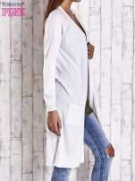 Biały długi sweter z ażurowym zdobieniem szwów                                                                          zdj.                                                                         3