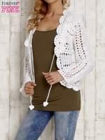 Biały sweter z wiązaniem