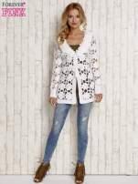 Biały sweter  z wiązaniem w pasie                                  zdj.                                  2