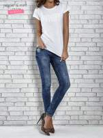 Biały t-shirt damski z napisem WHITE                                  zdj.                                  2