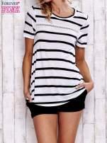 Biały t-shirt w paski z koronkową wstawką                                  zdj.                                  1