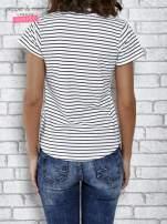 Biały t-shirt w paski z nadrukiem jedzenia                                  zdj.                                  4