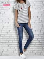 Biały t-shirt w paski z naszywkami                                  zdj.                                  2