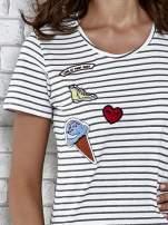 Biały t-shirt w paski z naszywkami                                  zdj.                                  5