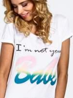 Biały t-shirt z kolorowym nadrukiem I'M NOT YOUR BABE                                  zdj.                                  5