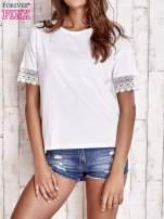 Biały t-shirt z koronkowymi rękawami                                  zdj.                                  1
