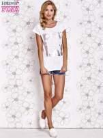 Biały t-shirt z motywem gwiazdy i dżetami                                  zdj.                                  2