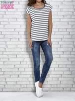 Biały t-shirt z motywem pasków                                                                           zdj.                                                                         2
