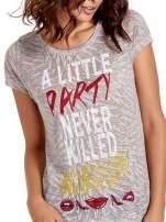 Biały t-shirt z napisem A LITTLE PARTY NEVER KILLED NOBODY                                  zdj.                                  5