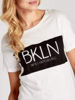 Biały t-shirt z napisem BKLN WILLAMSBURG