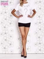 Biały t-shirt z napisem i trójkątnym wycięciem na plecach                                  zdj.                                  2