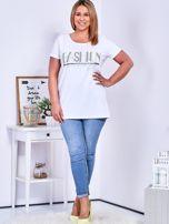 Biały t-shirt z napisem z dżetów PLUS SIZE                                  zdj.                                  4