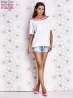 Biały t-shirt z różowymi pomponikami przy dekolcie                                                                          zdj.                                                                         2