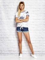 Biały wiązany t-shirt z kwiatowym nadrukiem                                  zdj.                                  4