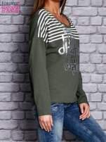 Bluza z motywem pasków i napisem zielona                                  zdj.                                  3