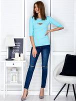 Bluzka jasnoniebieska z wycięciem na dekolcie                                  zdj.                                  4
