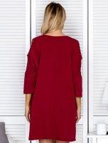 Bordowa sukienka damska oversize z perełkami i okrągłą naszywką                                  zdj.                                  2