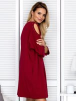 Bordowa sukienka damska oversize z perełkami i okrągłą naszywką                                  zdj.                                  3