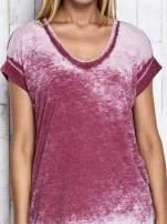 Bordowy asymetryczny t-shirt z trójkątnym dekoltem                                  zdj.                                  7