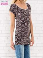 Bordowy t-shirt w motyw ornamentowy                                                                          zdj.                                                                         3