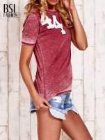Bordowy t-shirt z numerkiem efekt acid wash                                                                          zdj.                                                                         3