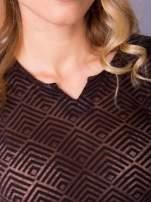 Brązowa bluzka w geometryczny wzór z łezką z przodu                                  zdj.                                  4