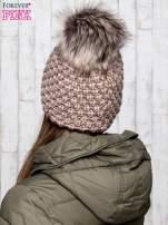 Brązowa czapka o grubym splocie z pomponem
