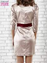 Brązowa elegancka sukienka z satyny z drapowaniem                                  zdj.                                  4