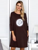 Brązowa sukienka damska oversize z perełkami i okrągłą naszywką                                  zdj.                                  1