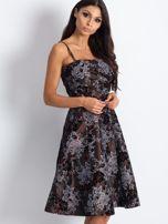 Brązowa sukienka koktajlowa z kwiatowym motywem                                  zdj.                                  2