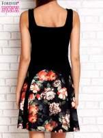 Brązowa sukienka z kwiatowymi wstawkami i kwadratowym dekoltem