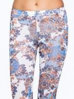Brązowe legginsy w roślinny wzór