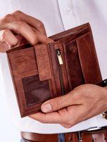 Brązowy skórzany portfel dla mężczyzny z tłoczonym napisem                                  zdj.                                  3