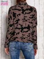 Brązowy sweter w malarskie desenie                                  zdj.                                  2