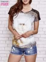 Brązowy t-shirt w panterkę z koronkowymi rękawami