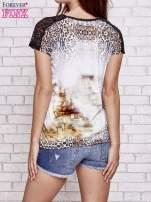 Brązowy t-shirt w panterkę z koronkowymi rękawami                                  zdj.                                  2