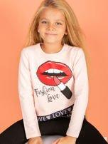 Brzoskwiniowa asymetryczna bluzka dziewczęca nadrukiem ust                                  zdj.                                  1