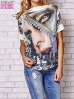 Brzoskwiniowa bluzka z nadrukiem kobiety i złotym tyłem                                  zdj.                                  1