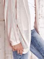 Brzoskwiniowy sweter z otwartym dekoltem                                   zdj.                                  5