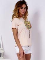 Brzoskwiniowy t-shirt z kolorowym nadrukiem i perełkami                                  zdj.                                  3