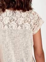 Brzoskwiniowy t-shirt z koronkowymi rękawami i gwiazdkami