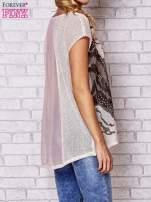 Brzoskwiniowy t-shirt z nadrukiem motyla                                                                          zdj.                                                                         4