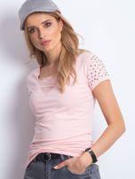 Brzoskwinowy t-shirt z aplikacją i rozcięciami                                  zdj.                                  1