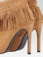 Camelowe botki open toe z frędzlami w stylu boho