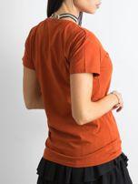 Ceglasta koszulka z aplikacją                                  zdj.                                  4