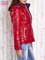 Ciemnoczerwona pikowana kurtka z wykończeniem w groszki                                  zdj.                                  3
