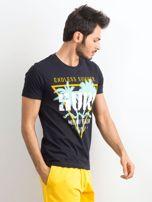Ciemnogranatowa bawełniana koszulka męska z nadrukiem                                  zdj.                                  3