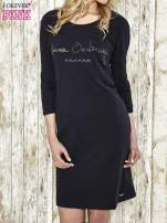 Ciemnogranatowa sukienka dresowa z aplikacją NEVER ORDINARY z cyrkonii
