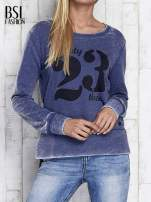 Ciemnoniebieska bluza acid wash z cyfrowym nadrukiem                                  zdj.                                  1