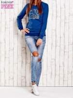 Ciemnoniebieska bluza z tekstowym nadrukiem                                  zdj.                                  2